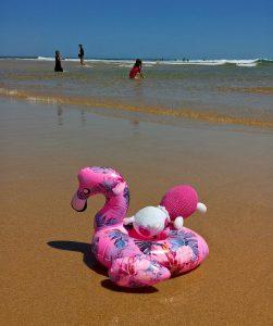 pufók srác a tengerparton