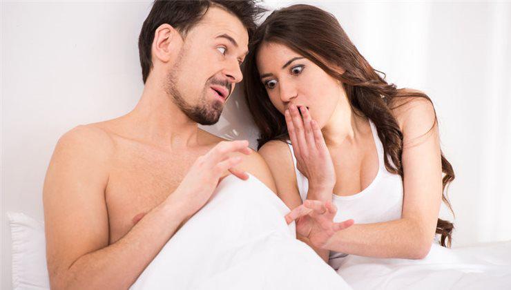 az embernek görbült pénisze van erekció során)
