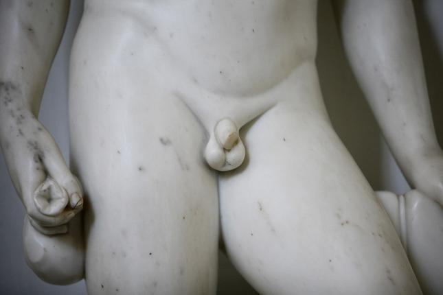 egy péniszet csomóba kötött