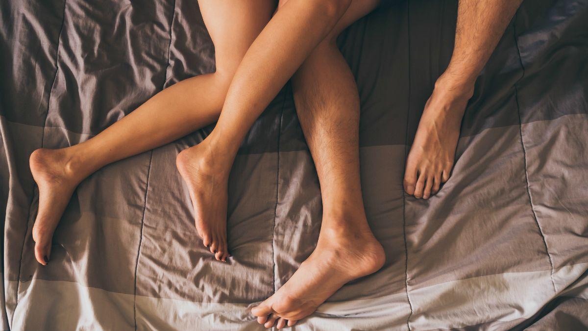 pénisz a női lábon