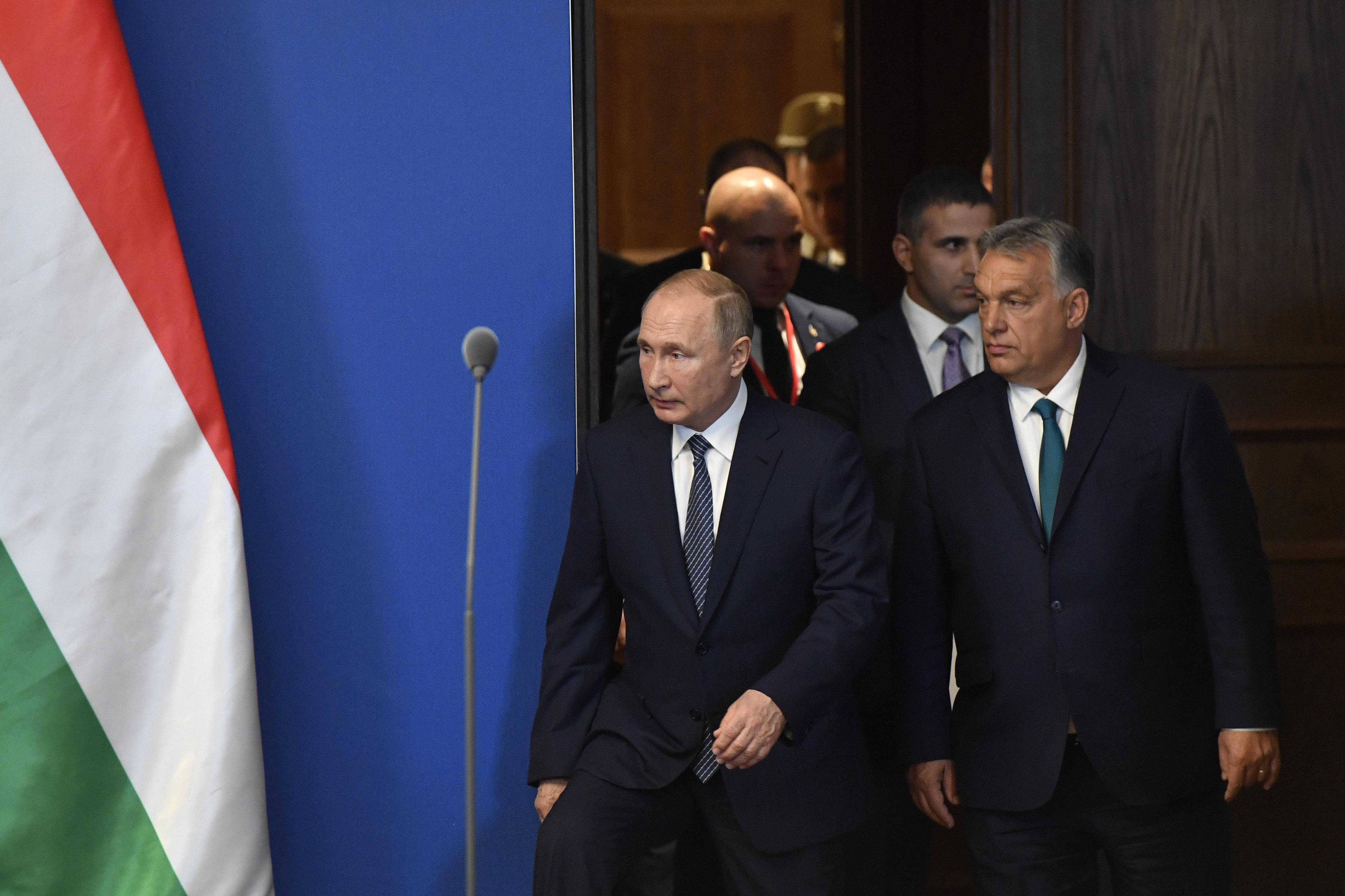 Színes pénisszel ne tisztelegjen Putyin előtt! | hu